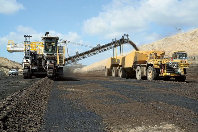 The Wirtgen 4200 SM cuts lignite 30 cm deep. It also pre-crushes the coal prior to loading.